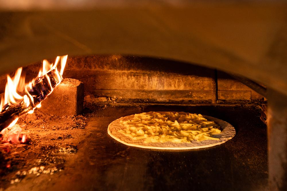 薪窯で焼くピザ