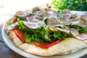 生野菜とスモークタンのピザ