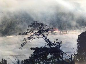 自宅からの朝靄の小野湖